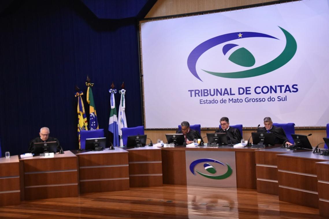 A primeira sessão do ano foi realizada na manhã desta terça-feira (12) e contou com a presença dos Conselheiros Marcio Monteiro, Waldir Neves e Flávio Kayatt