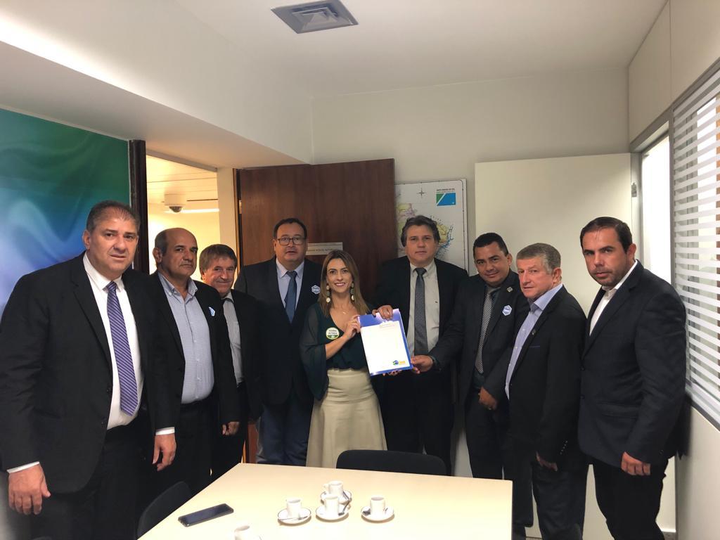 Pedro Caravina e colegas com a senadora Soraya Thronicke: buscando garantias municipalistas