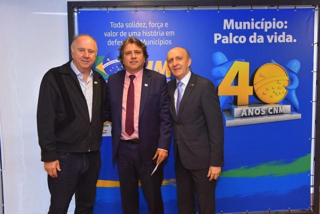 Pedro Caravina, da Assomasul, com os dirigentes municipalistas Paulo Ziulkoski e Gladimir Aroldi