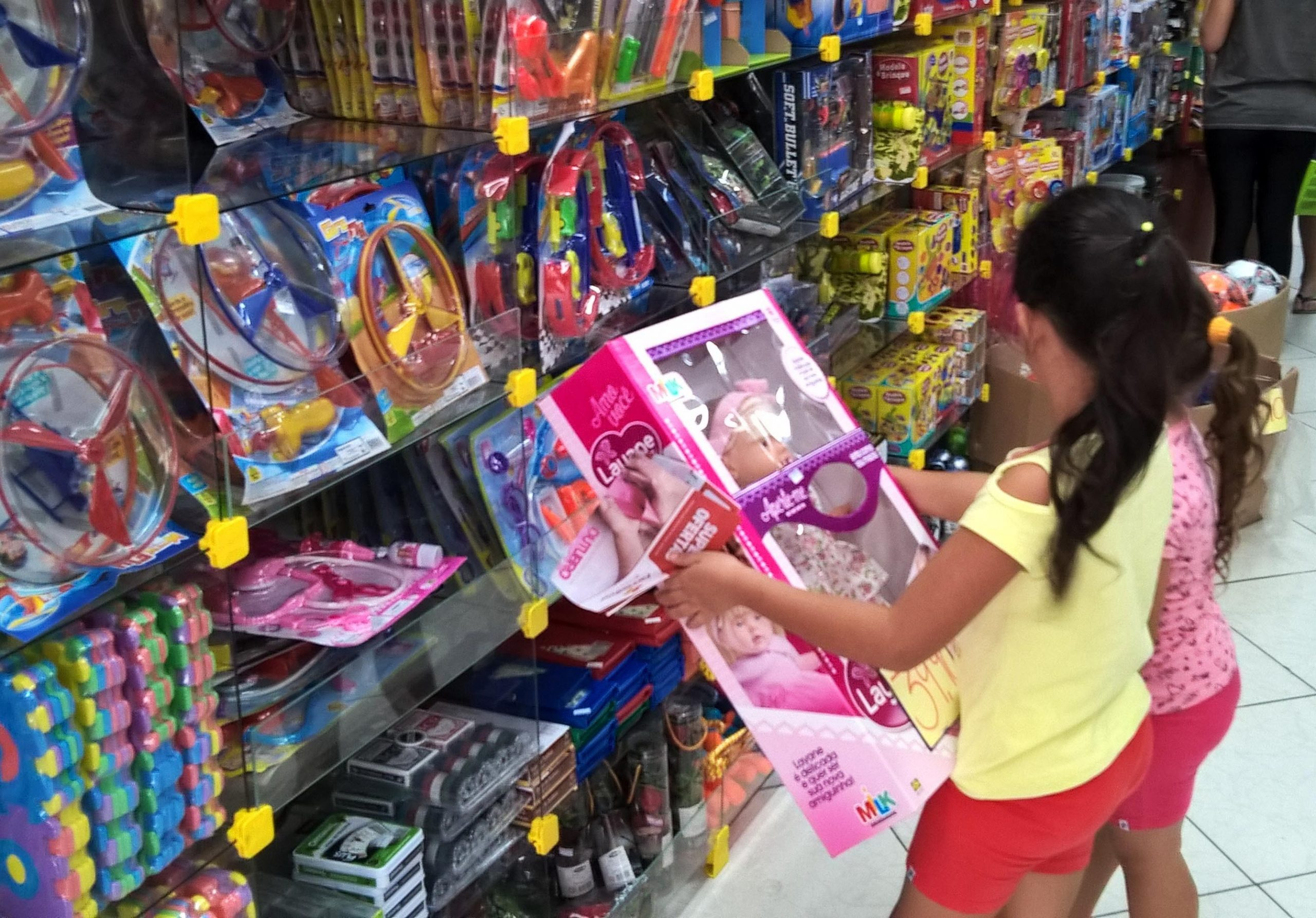 Quarentena tem deixado crianças ansiosas, o que pode motivar compras de presentes para confortá-las