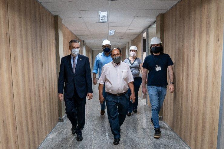 Deputados Paulo Corrêa e Zé Teixeira durante visita às obras na Assembleia Legislativa