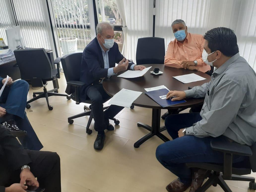 Dirigentes estiveram reunidos com o secretário de Saúde do Estado, Geraldo Resende, para tratar do assunto