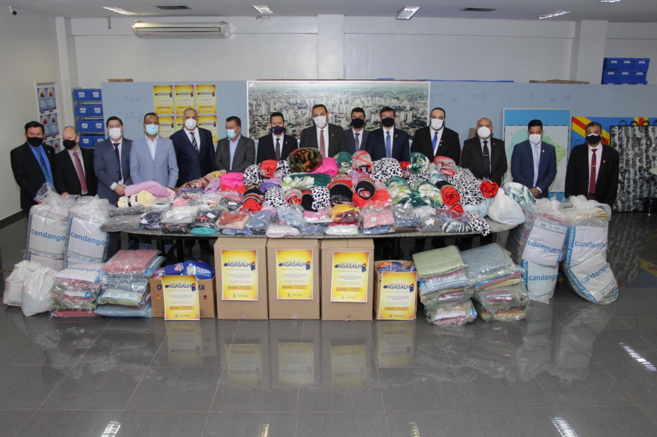Vereadores com os agasalhos e cobertores distribuídos às famílias carentes