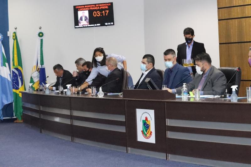 Vereadores durante sessão da Câmara, agora com intérpretes da Linguagem de Sinais