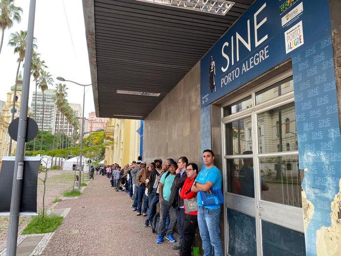 Fila de desempregados em Porto Alegre: cena comum no País